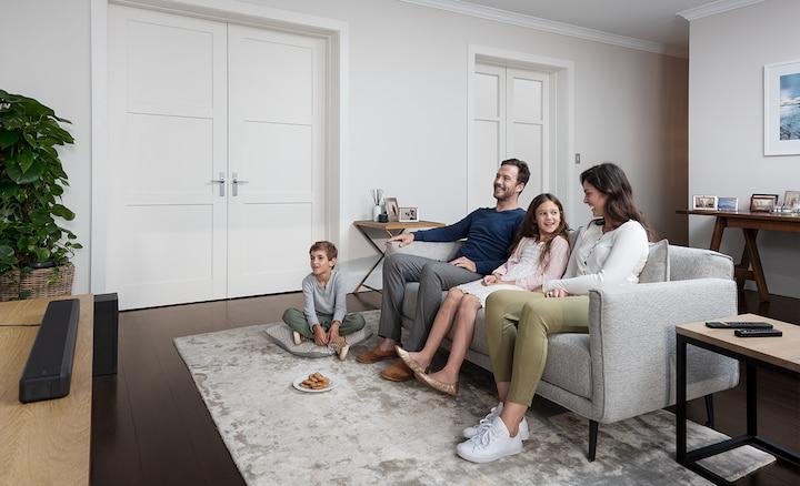 Oturma odasında HT-G700 ile birlikte bir aile