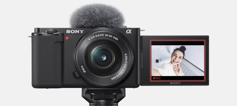 ZV-E10'un ürün görüntüsü, uyarı sinyali lambaları kırmızı yanıyor ve LCD ekranda kırmızı çerçeve görünüyor
