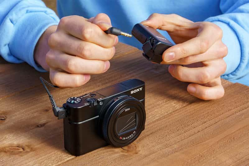 ECM-W2BT'yi 3,5 mm stereo mini jak üzerinden kabloyla uyumlu bir fotoğraf makinesine bağlayan biri