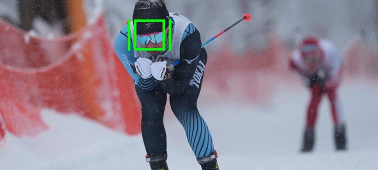 Başında AF karesi görünen bir kayak yarışçısı