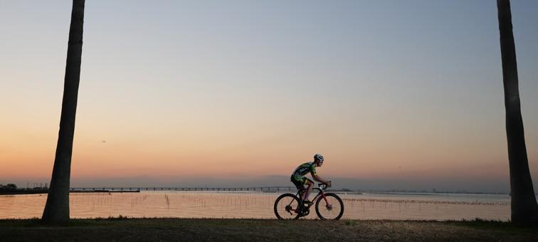 Gün batımında bir bisikletli