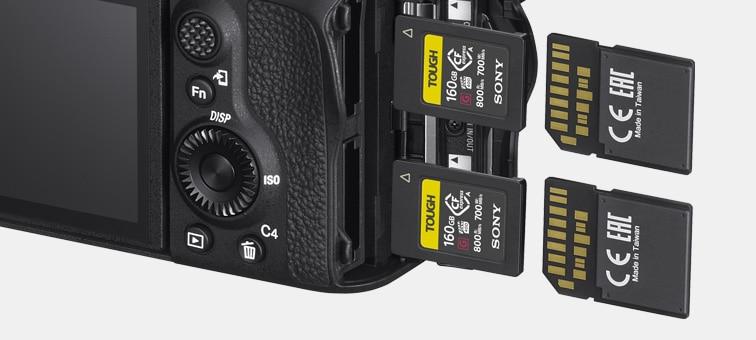 İki SD kartlı fotoğraf makinesinin arkadan görünümü